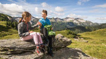 Kinder legen Wanderpause ein