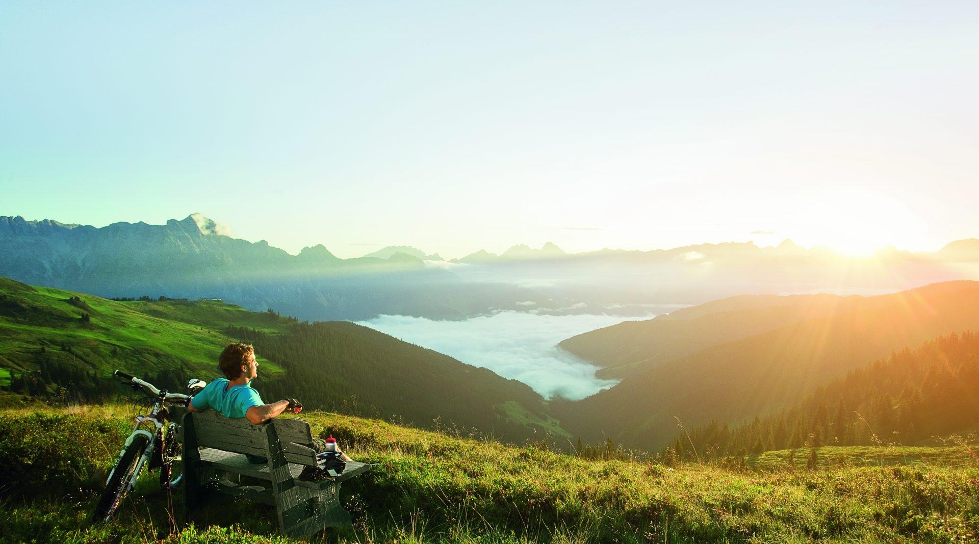 © SalzburgerLand Tourismus, ideenwerk werbeagentur gmbh - Radfahrer macht Pause auf der Bank