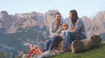 Familie beim Lagerfeuer auf der Alm