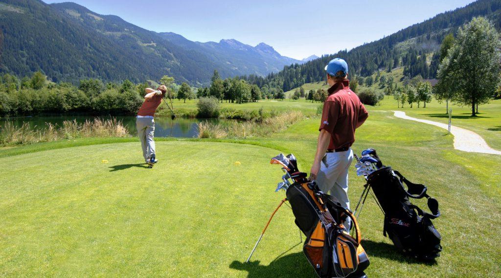Golfer in Radstadt beim Abschlag