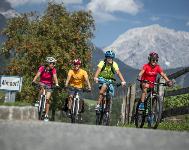 © SalzburgerLand, Markus Greber, Tauernradweg Almdorf, 4 Radfahrer
