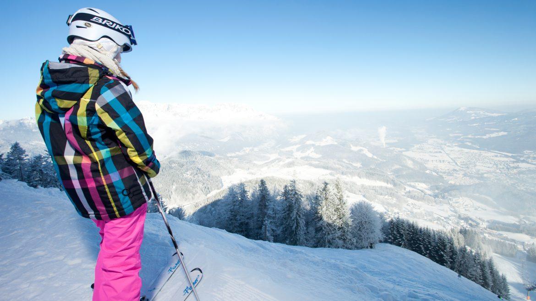 Mädchen in Skikleidung vor der Abfahrt auf der Piste