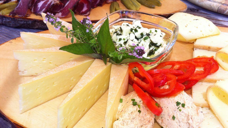 Käseplatte mit Schnitt- und Frischkäse