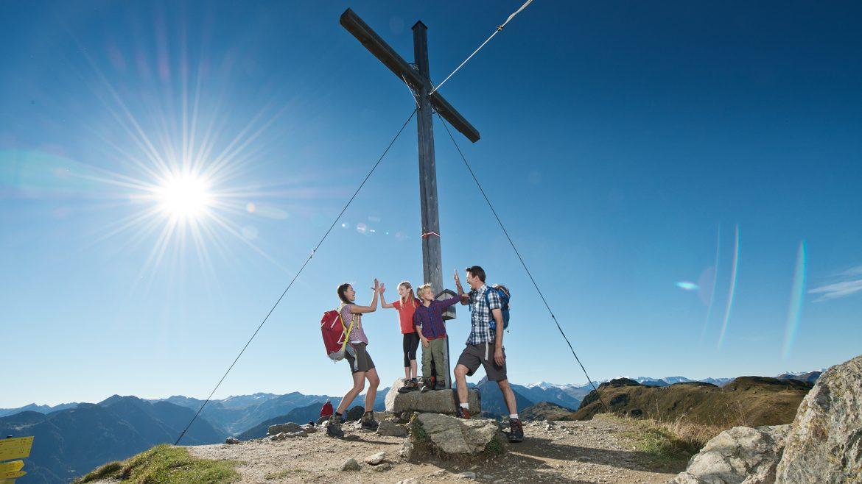 Junge Wanderer am Gipfelkreuz