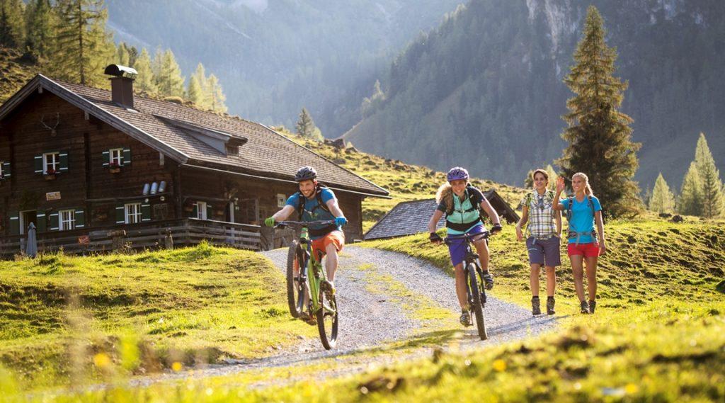 Mountainbiker auf der Alm hoch über Flachau.