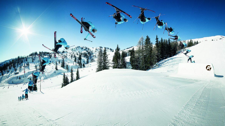 Skifahrer zeigt Kunststücke im Snowpark