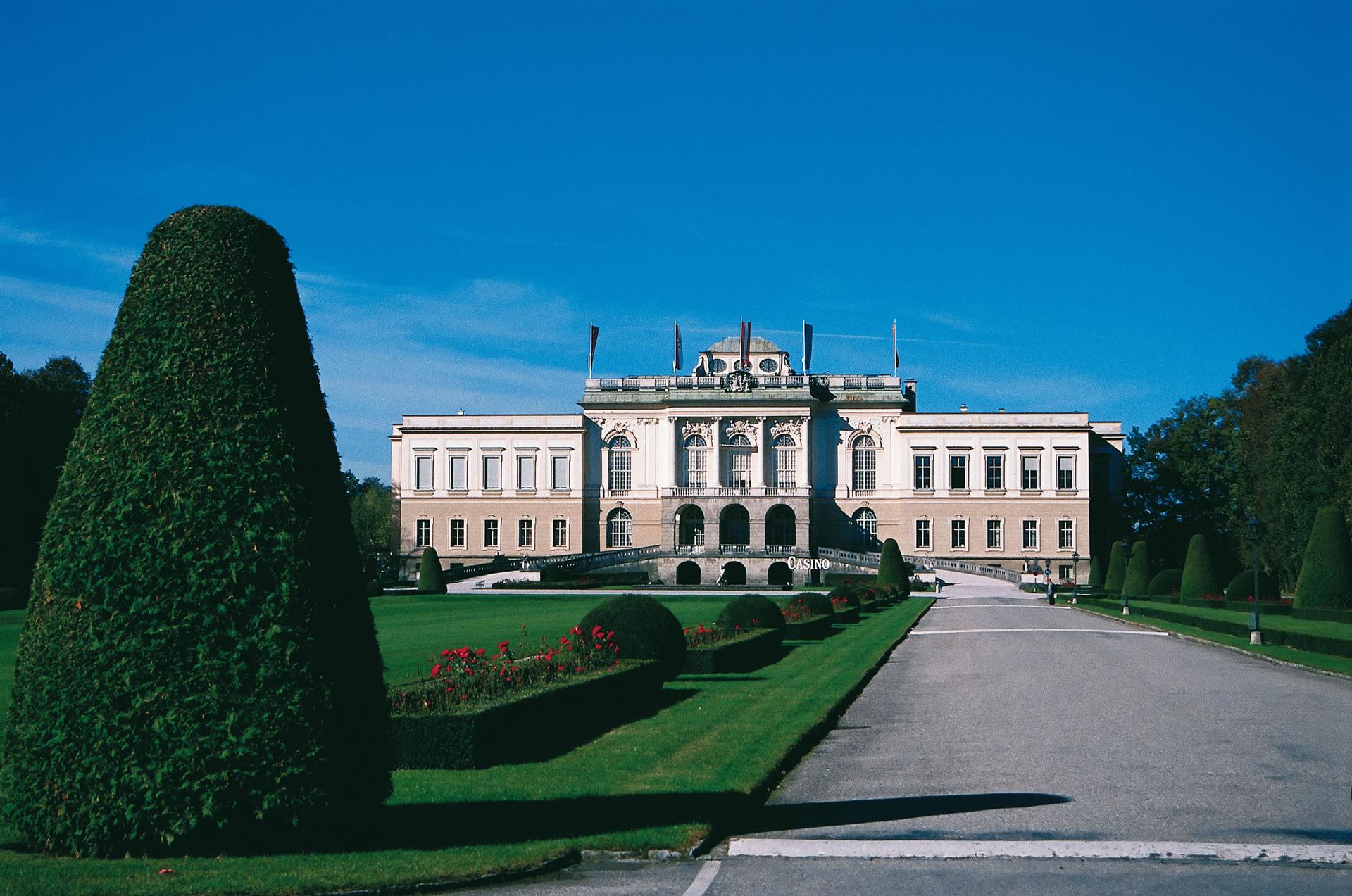 Schloss Klessheim in der grünen Parkanlage