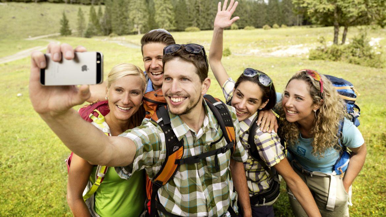 Junge Wanderer beim Selfie