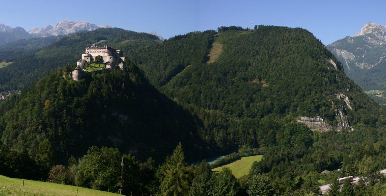 Burg Hohenwerfen umgeben von bewaldeten Bergen hoch über dem Salzachtal