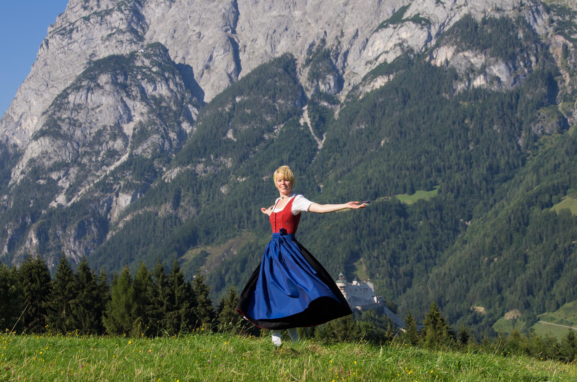 Maria aus Sound of Music am Gschwandtanger mit Blick auf die Burg Hiohenwerfen