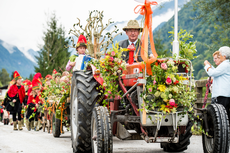Bauernherbst-Umzug im Lammertal mit geschmückten Traktoren