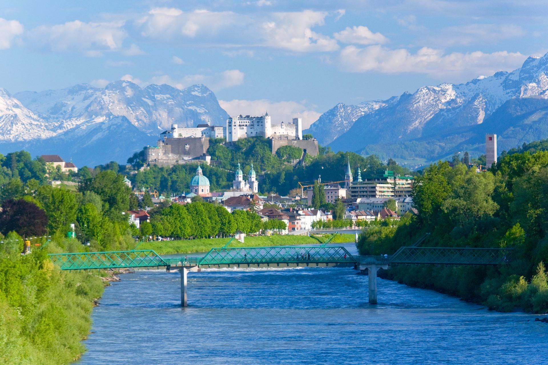 Blick auf die Stadt Salzburg über die Salzach, Kirchtürme, Festung und Berge im Hintergrund