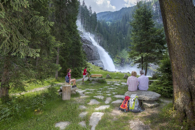 Hohe Tauern Health - Therapieplatz am Wasser mit Blick auf den Wasserfall