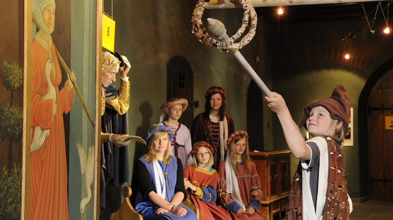 Kinder verkleiden sich als Ritter oder Burgfräulein