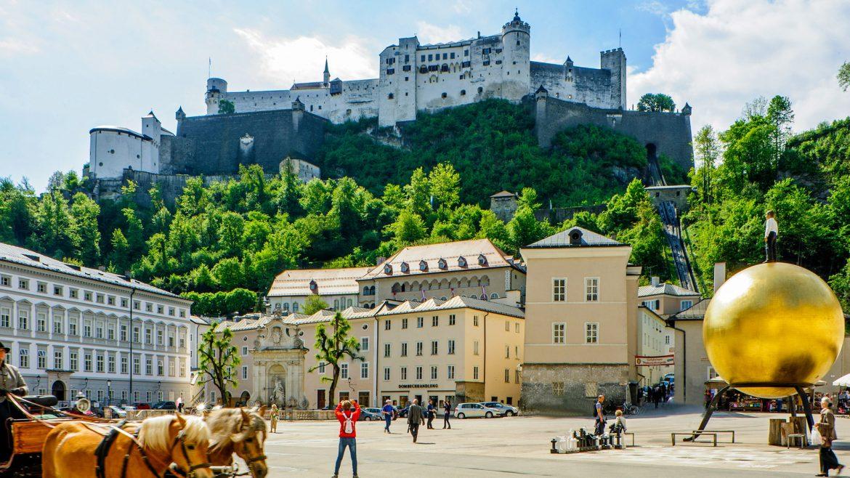 Festung Hohensalzburg vom Kapitelplatz aus gesehe,n, ein Fiaker ist am linken Bildrand zu sehen