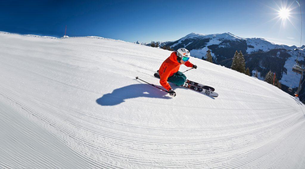 Skifahrer auf bestens präparierter Piste.