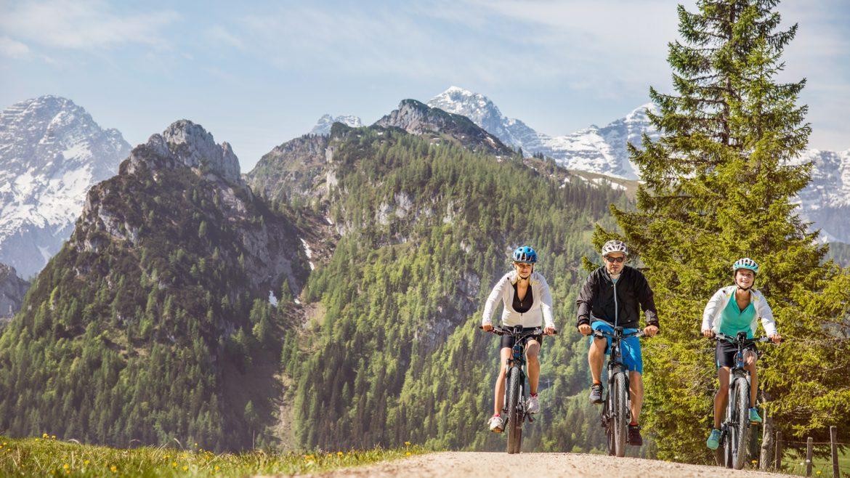 Drei E-Biker auf Tour im Salzburger Saalachtal.