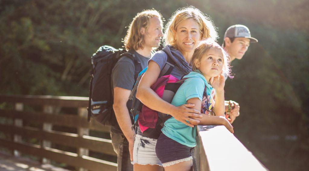 Familie bei einer Klammwanderung im Salzburger Saalachtal.