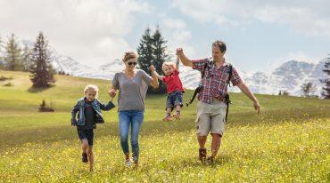 Familie auf der blühenden Almwiese.