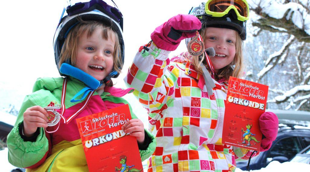 Stolzer Skinachwuchs nach dem Skikurs-Rennen.