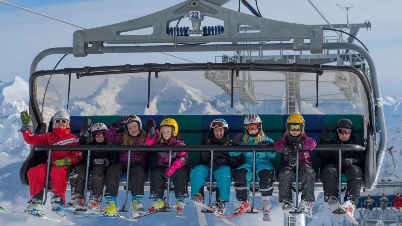 Sieben Kinder mit Skilehrerin auf der Schwarzeckbahn.