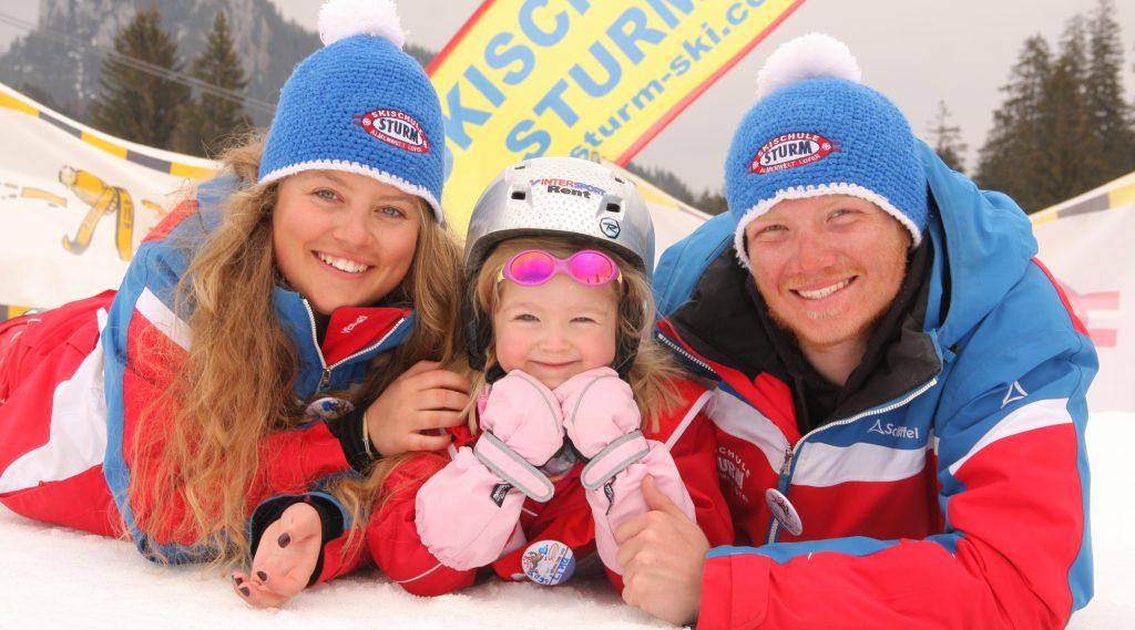 Zwei Skilehrer der Skischule Sturm mit Skizwerg.