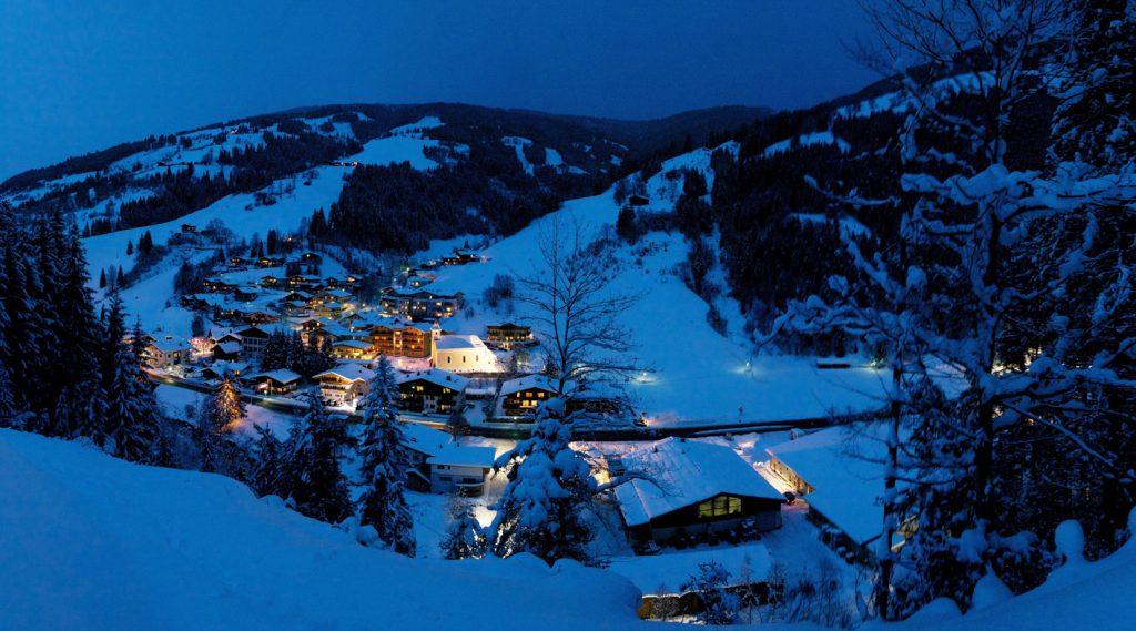 Blick auf das nächtlich verschneite Viehhofen.