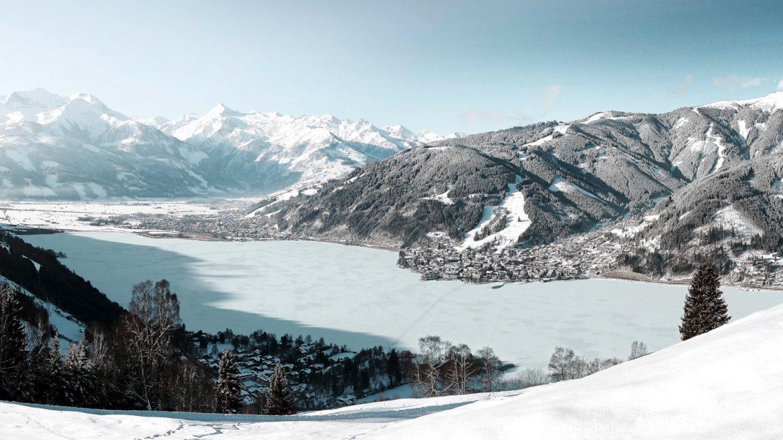 Blick von Mitterberg auf den zugefrorenen Zeller See.