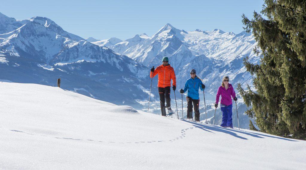 Schneeschuhwanderung am Mitterberg mit Blick aufs Kitzsteinhorn.
