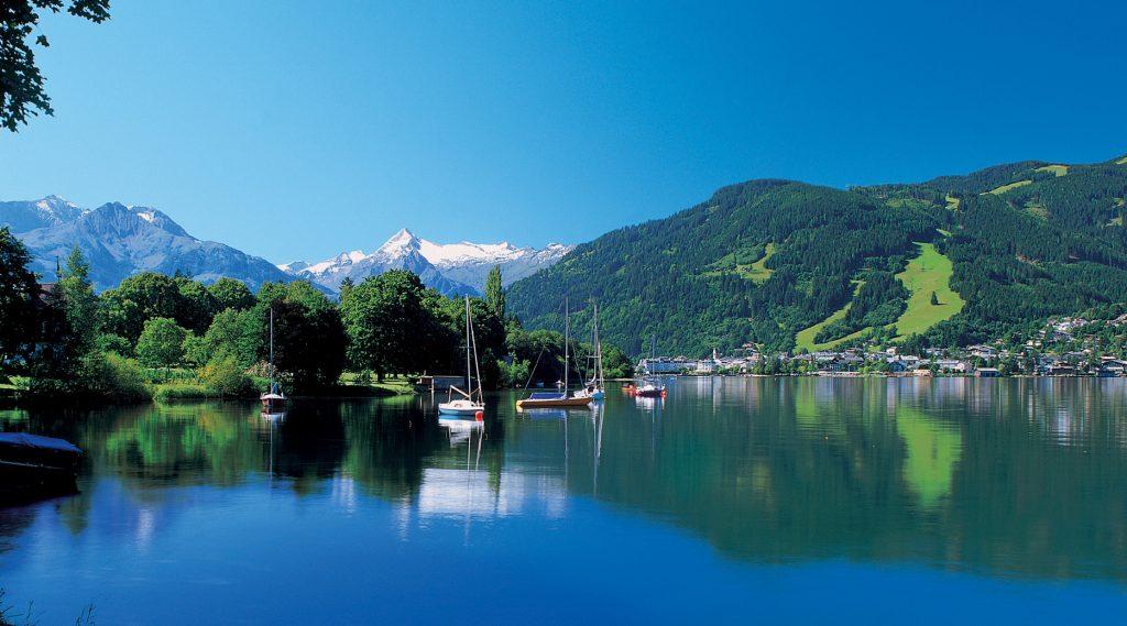Blick auf den sommerlichen Zeller See mit Segelbooten.