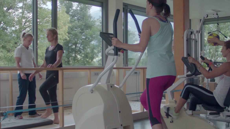 EIne Gruppe trainiert Bewegungsabläufe