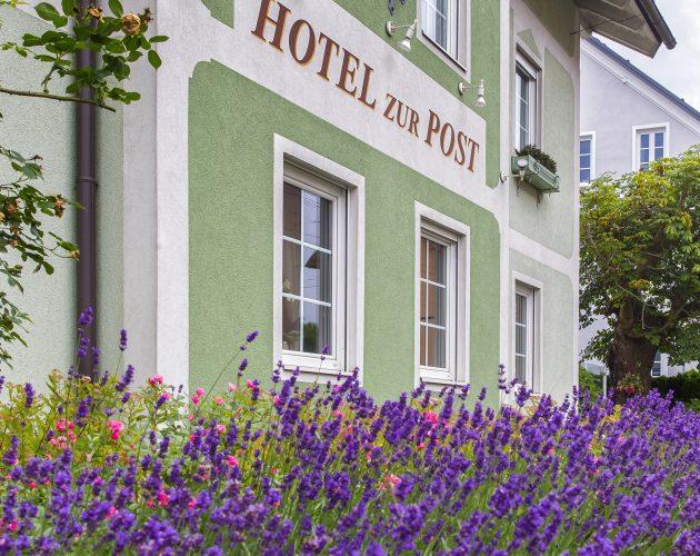 Hausfassade des Hotels zur Post mit blühendem Lavendel im Vordergrund