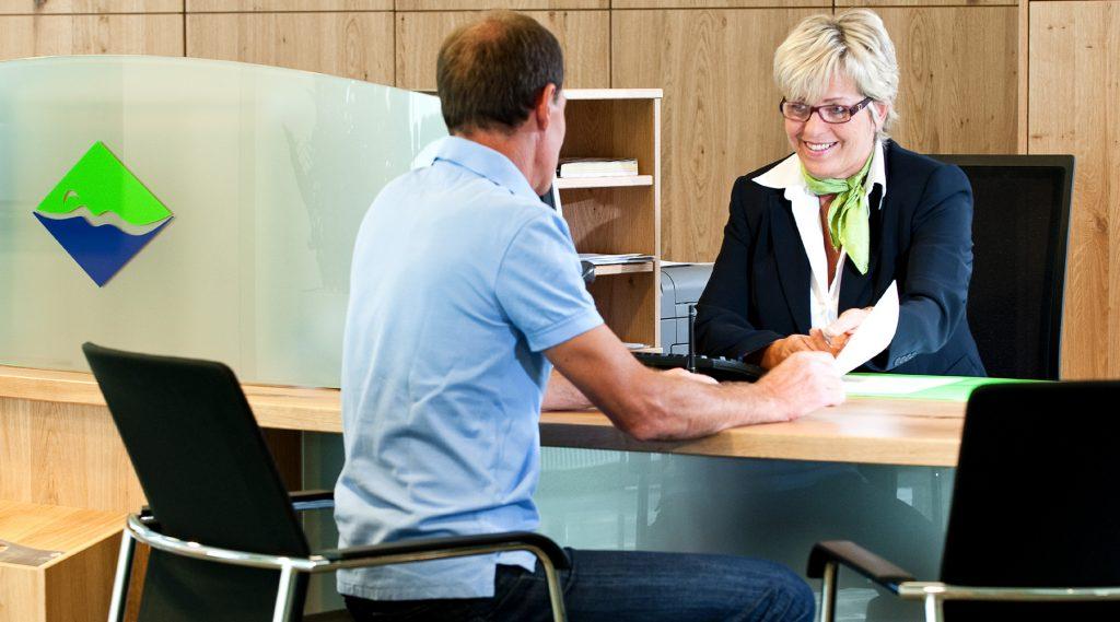 Dialysepatient beim Gespräch an einem Schreibtisch im Kurzentrum Bad Hofgastein