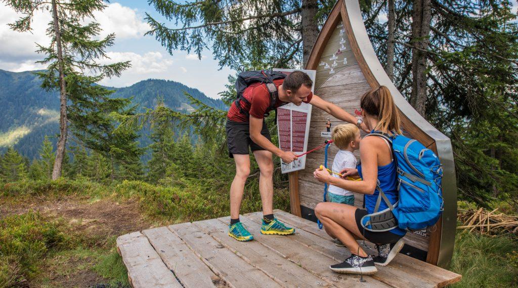 Junge Familie beim Wandern