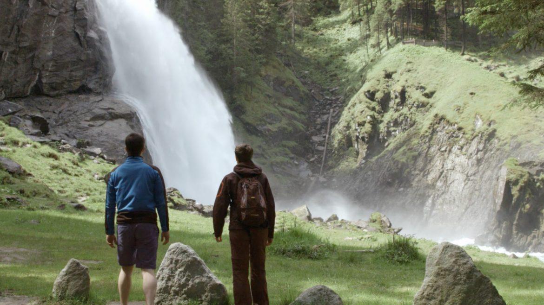 Ein Pärchen atmet heilsame Wasserfall-Ionen ein