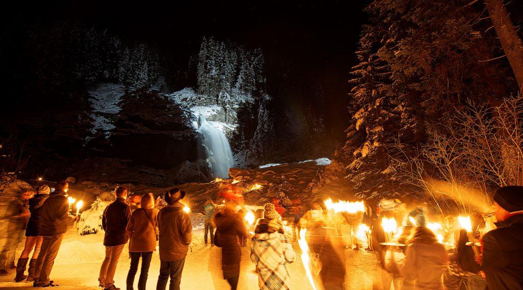 Fackelwanderung an den winterlichen Krimmler Wasserfällen.