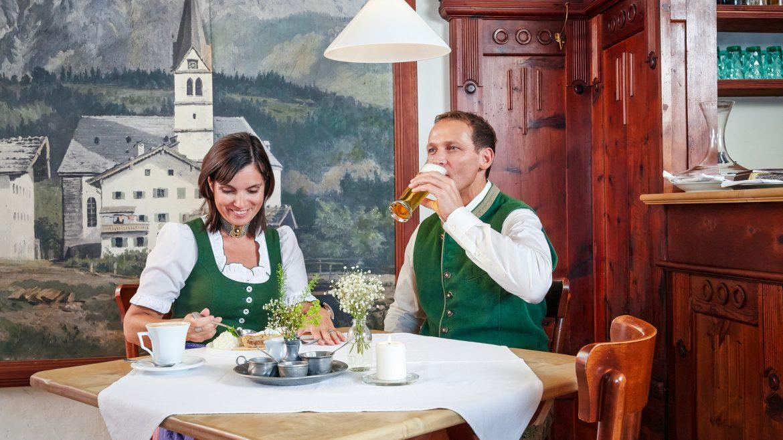 Paar speist im Wirtshaus
