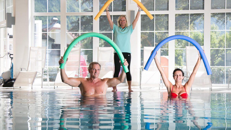 Gruppe macht Wassergymnastik