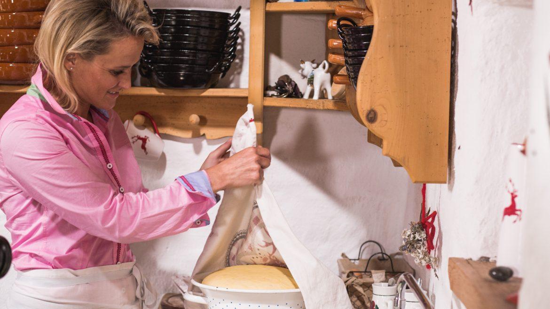 Alexandra Meissnitzer beim Krapfenbacken auf der Gainschniggalm
