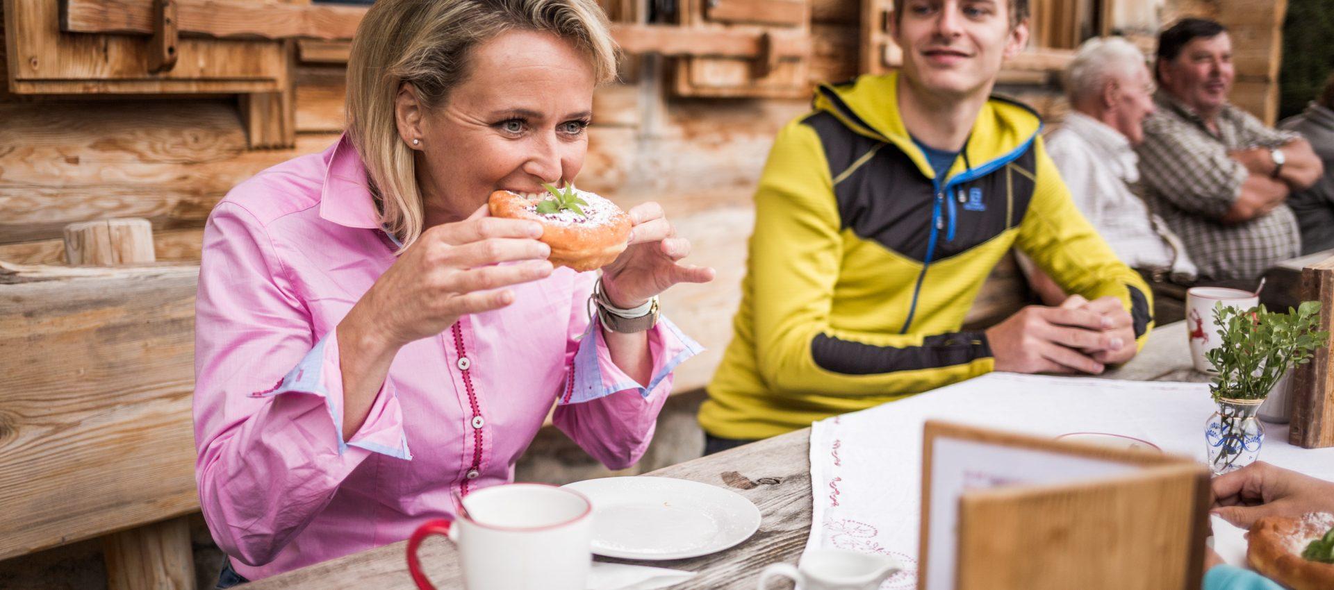 Alexandra Meissnitzer beim Krapfenessen auf der Gainschniggalm
