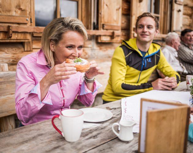 © SalzburgerLand Tourismus, Michael Größinger, Alexandra Meissnitzer beim Krapfenessen auf der Gainschniggalm