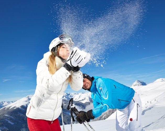 Staubender Schnee beim Skifahren in Mittersill.