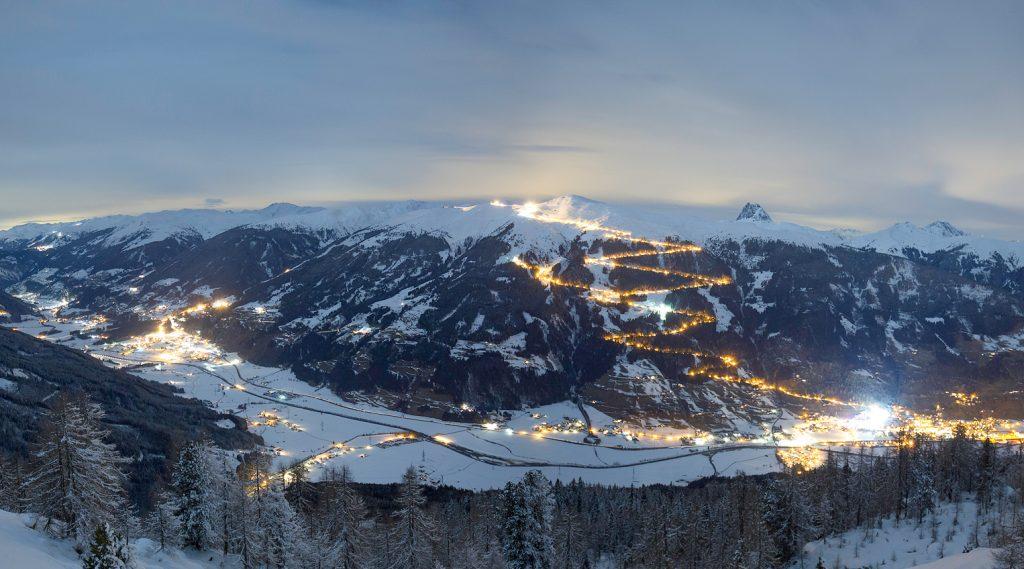 Winterlicher Blick auf die beleuchtete Rodelbah