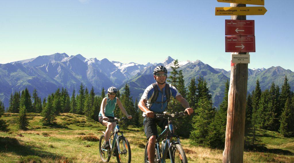 Zwei Mountainbiker radeln über eine Hochalm