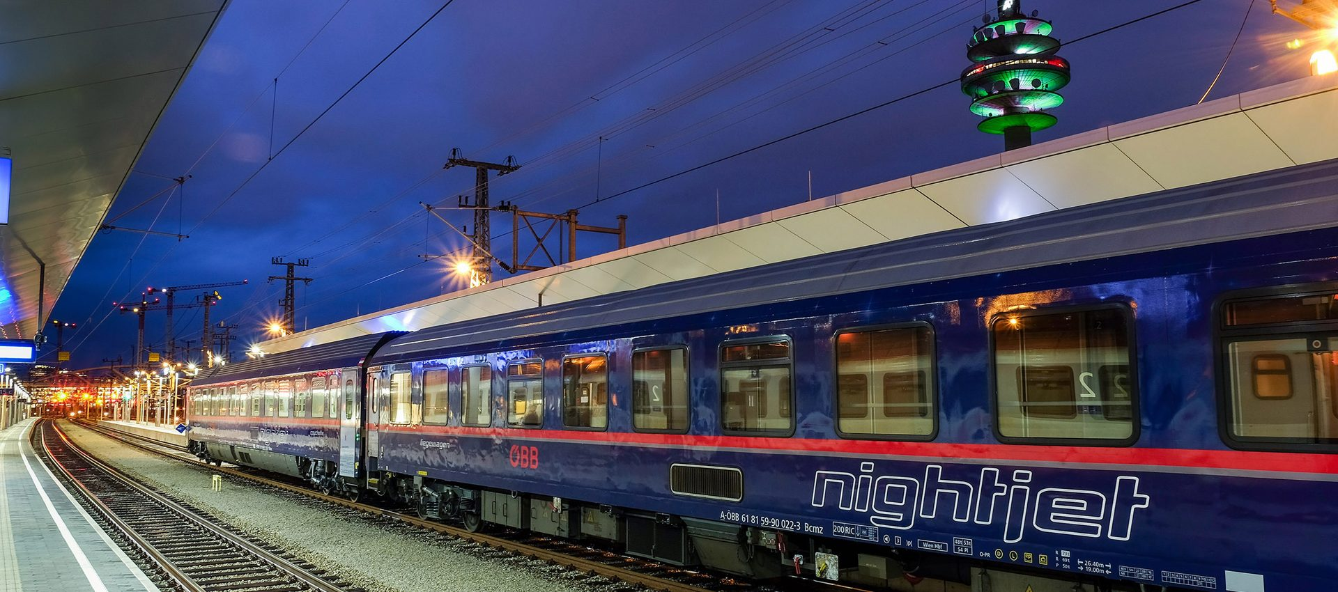 Nightjet Abendaufnahme am Bahnhof