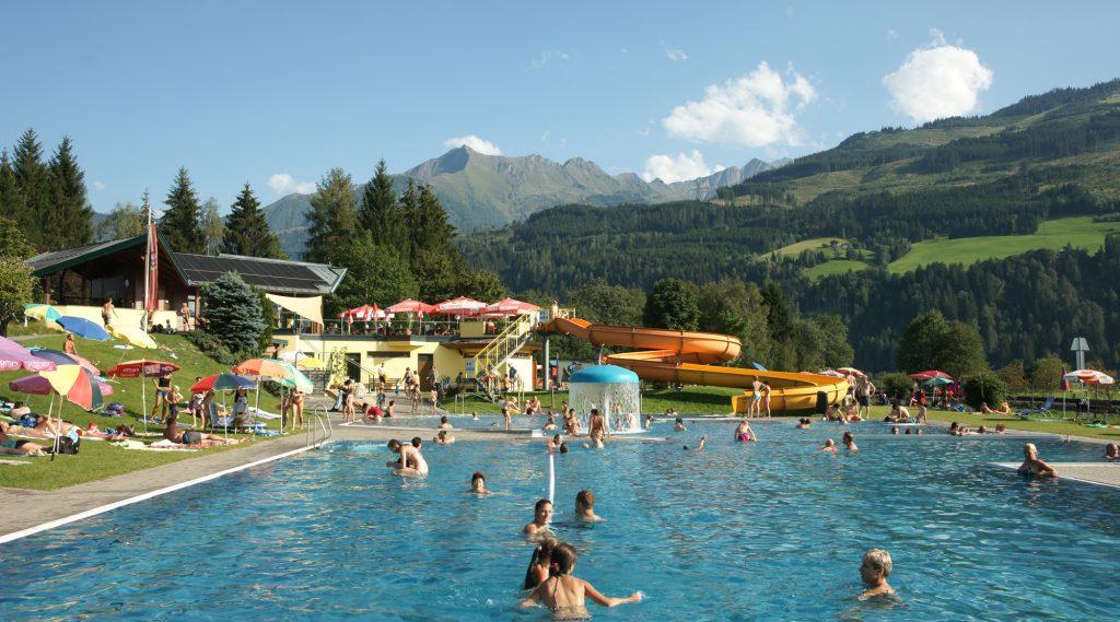 Hinkelsteinbad in Piesendorf - mit großem Becken und Wasserrutsche