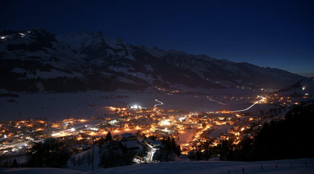 Ortsansicht Piesendorf im Winter bei Nacht.