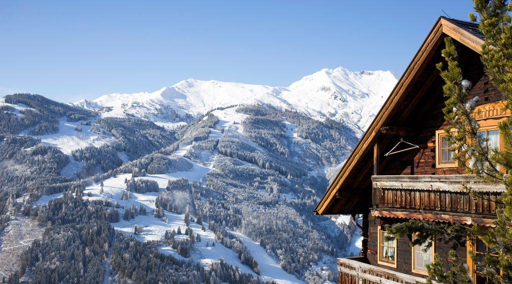 Blick von einer Hütte aus auf das gegenüberliegende Skigebiet Rauris.