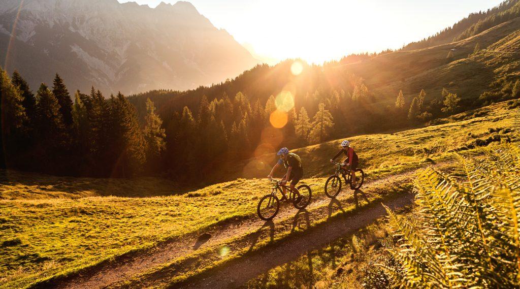 Mountainbiken im Sonnenuntergang in Saalfelden Leogang.