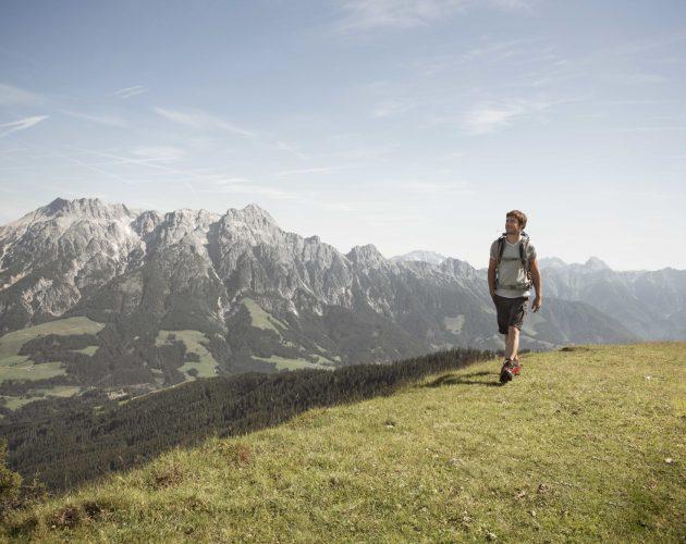 Wandern vor der Kulisse der Steinberge.